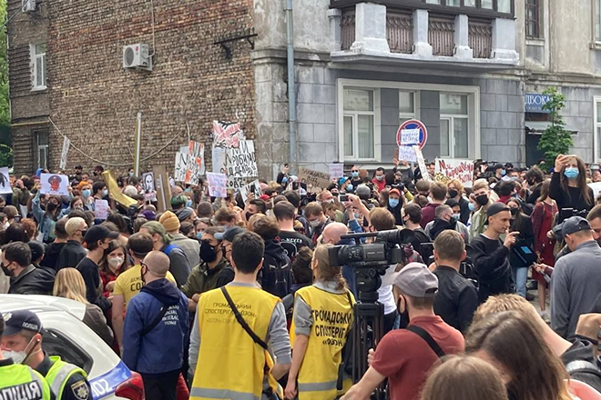 Ukrainian partygoers protest against police violence and illegal detention of musicians