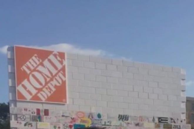"""Aufgebrachte Menge reißt Home Depot """"Mauer"""" auf Latino Festival ein"""