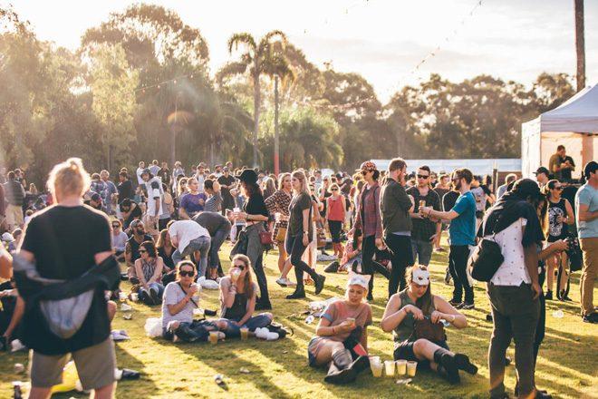 Festivalbesucher vermerkt Namen und Handynummer auf seinem Drogentütchen