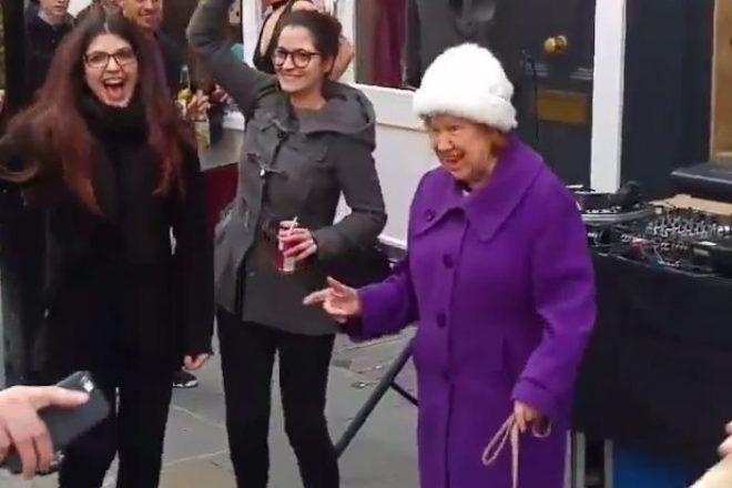Diese ältere Dame hat noch immer den Groove