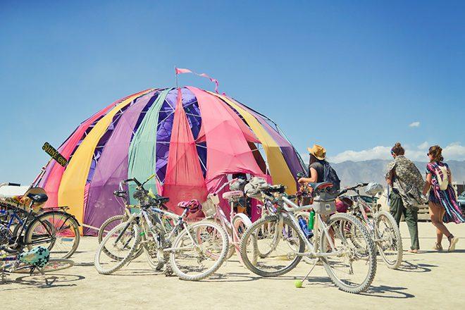 Burning Man Teilnehmer wird in seinem Zelt überfahren